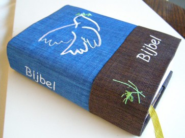 Hoes Handbijbel 12x18 denim met boekrol en kaars wit